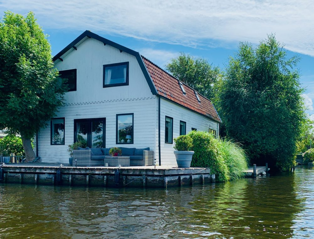 Holiday house at the water for rent with boat for rent